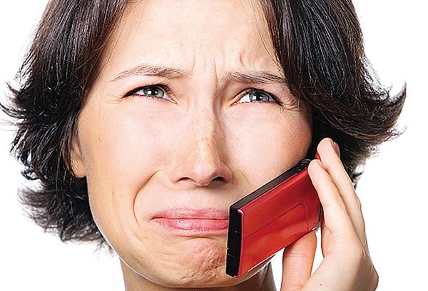 Расстроенная женщина звонит по мобильному